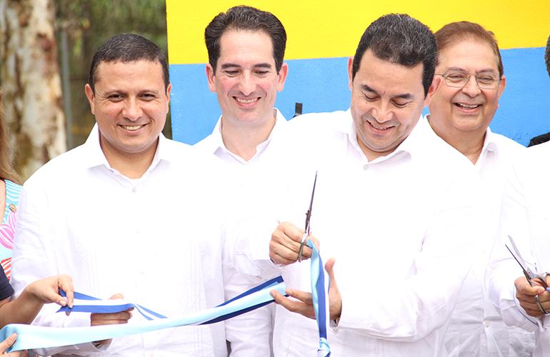Presidente de la República, Jimmy Morales realiza corte de cinta en acto de inauguración de la Unión Aduanera. Fotografía cortesía: Ministerio de Economía de Guatemala.