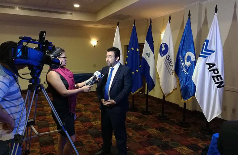 Gerente de Alianzas Internacionales de AGEXPORT, Moisés Mérida brinda declaraciones a los medios de comunicación.