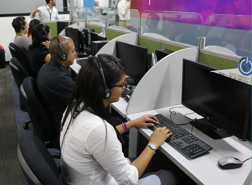 Jóvenes laborando en la industria de call centers,