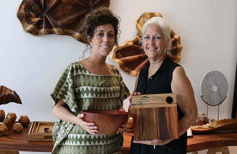 Eliza Babarczy y Suzane M. Babarczy de Itza Wood, empresa socia de la Comisión de  Hecho a Mano de AGEXPORT